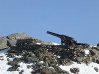 06a-Am-Weg-stehen-die-drei-Kanonen